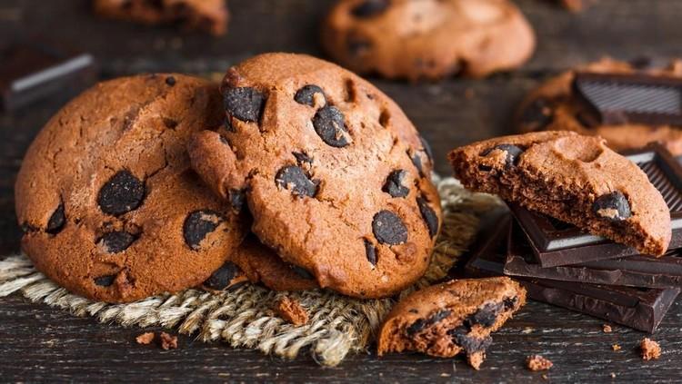 Mengisi waktu sambil menunggu waktu berbuka puasa tiba, yuk aja si kecil beraktivitas di dapur untuk membuat cookie yang enak.