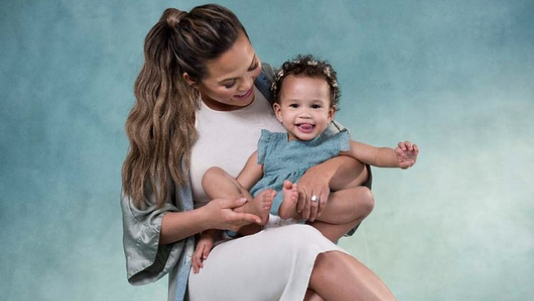 Salah satu kekhawatiran ibu saat anak kedua lahir adalah si kakak cemburu pada adiknya. Untung putri sulung Chrissy Teigen sayang adik.