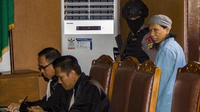 Siaran langsung tak diperbolehkan di sidan vonis Aman Abdurrahman sesuai dengan imbauan KPI. Namun kamera masih diperbolehkan masuk di ruang sidang.