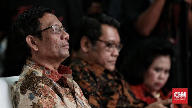 Jokowi memilih Ketum MUI Ma'ruf Amin sebagai cawapres untuk Pilpres 2019. Banyak pihak tak menyangka karena nama Mahfud MD sebelumnya lebih menguat dipilih.