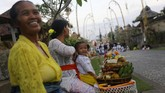 Momen Hari Raya Galungan yang diperingati tiap enam bulan sekali menjadi momen umat Hindu untuk pulang kampung dan berdoa di tempat kelahirannya.