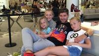 <p>Beginilah ketika seorang Steven Gerrard menghabiskan waktu bareng anak-anaknya. Dia sosok ayah yang peduli banget ya pada si kecil. (Foto: Instagram/stevengerrard)</p>