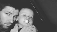 <p>Ayah Gerrard juga 'lengket' banget nih sama si bungsu, Lio. (Foto: Instagram/stevengerrard)</p>
