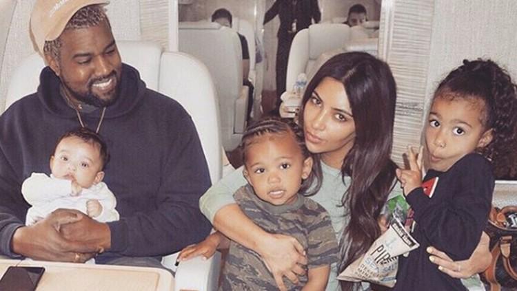 Tingkah anak-anak saat bermain dengan adiknya memang menggemaskan. Termasuk anak Kim Kardashian, Saint dan Chicago.