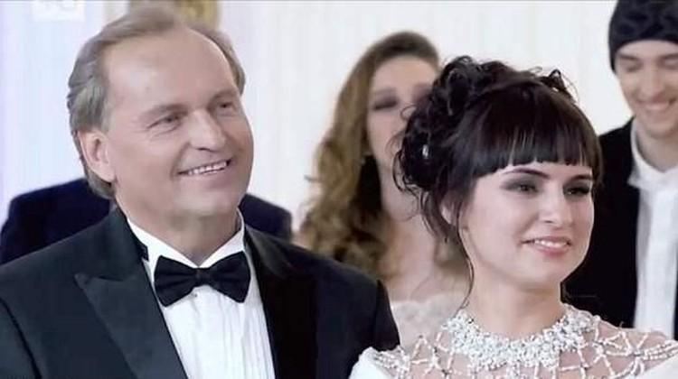 Siapa sangka, Yulia yang berasal dari keluarga miskin mampu memenangkan audisi pencarian istri miliuner dan hidupnya pun berubah. Simak kisahnya yuk Bun!
