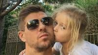 <p>Anak-anak pun nggak kalah sayang pada ayahnya. So sweet! (Foto: Instagram/stevengerrard)</p>