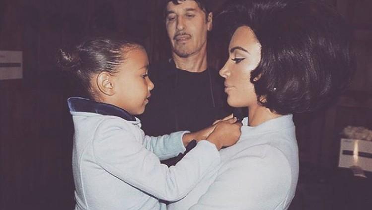 Terkait menyemprotkan parfum ke kulit anak seperti yang dilakukan Kim Kardashian, ada beberapa hal yang perlu Bunda tahu nih.