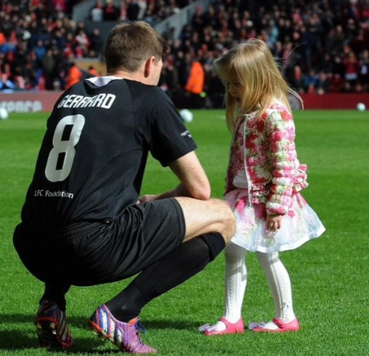 Pesepakbola ini adalah ayah yang baik bagi anak-anaknya. Yuk intip gaya Steven Gerrard ketika momong si kecil.