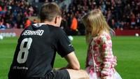 <p>Sebagai pesepakbola, adalah hal yang biasa bagi Gerrard ngajak si kecil ke lapangan hijau. (Foto: Instagram/stevengerrard)</p>