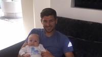 <p>Gerrard seperti 'proud father' banget ya saat menggendong si mungil. (Foto: Instagram/stevengerrard)</p>
