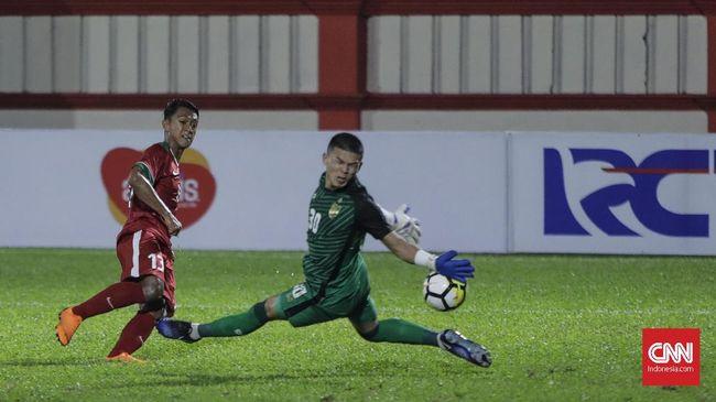Pemain Timnas Indonesia U-23 Febri Hariyadi (kiri) berhadapan dengan penjaga gawang Timnas Thailand U-23 Kwanchai Suklom dalam pertandingan uji coba di Stadion PTIK, Jakarta, Kamis, 31 Mei 2018. Indonesia kalah 1-2 atas Thailand.