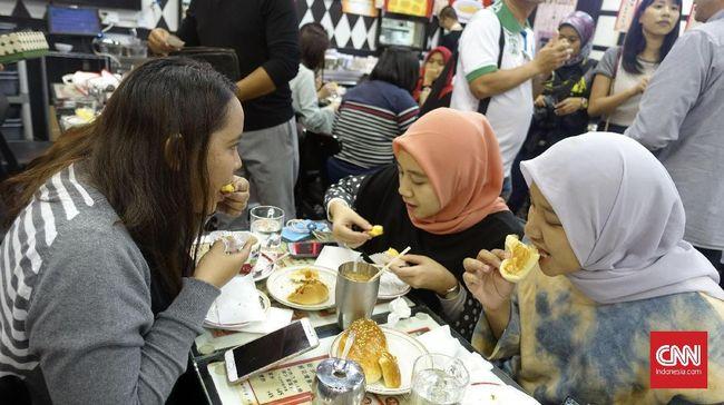 Di Hong Kong saat ini ada beberapa restoran halal, baik yang sudah mengantongi sertifikat halal dari majelis ulama setempat atau karena sajian menu vegetarian.