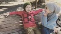 <p>Bersantai dulu di kursi taman nih ceritanya. (Foto: Instagram @tiaivankka)</p>