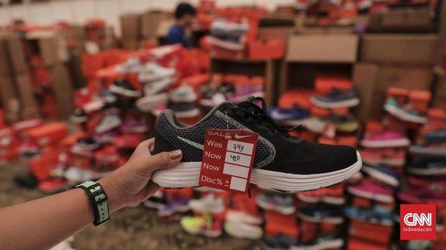 Rentang harga produk yang dijual pun beragam, .  sepatu dijual pada kisaran Rp 400 ribu hingga kurang dari Rp 2 juta. (CNN Indonesia/ Hesti Rika)
