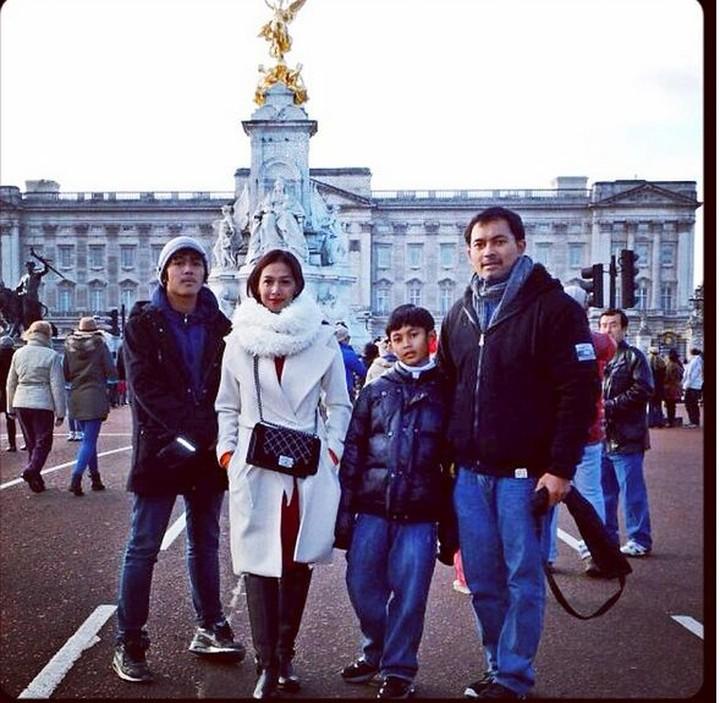 Masih ingat pemeran Si Manis Jembatan Ancol, Diah Permatasari? Yuk intip potret harmonisnya bersama keluarga.