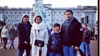 <p>Keluarga ini kerap jalan-jalan ke luar negeri. Ini saat mereka liburan di depan Istana Buckingham, London. (Foto: Instagram @diahpermatasari_d_p_s)</p>