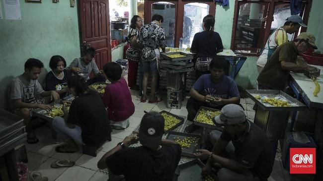 Sejak 1990, toko kue kering Pusaka Kwitang melayani para pelanggan setiap kali hari raya Idulfitri datang. Tiap hari mereka memproduksi hingga 30 kaleng besar.
