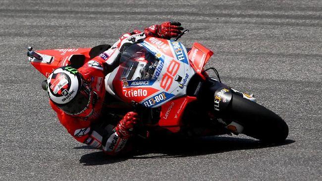 Pebalap Ducati Jorge Lorenzo memenangi balapan MotoGP Italia dalam balapan yang diwarnai kecelakaan Marc Marquez di Sirkuit Mugello.