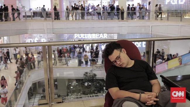 Terlalu nyaman relaksasi dengan kursi pijat, seorang pria Jepang tertidur hingga terkunci di dalam mal.