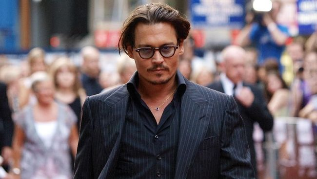 US actor Johnny Depp arrives at London's Leicester Square on June 29, 2009, to attend the British Premiere of his latest film 'Public Enemies'. AFP PHOTO/Max Nash / AFP PHOTO / MAX NASH