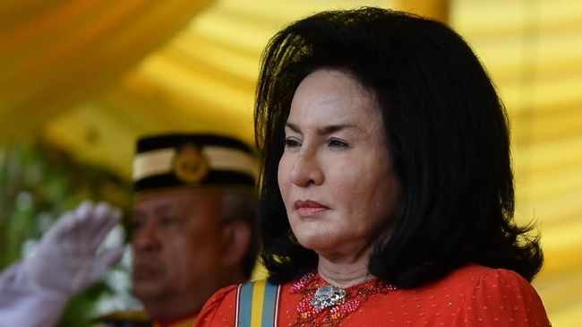 Malaysia's Prime Minister Najib Razak's wife, Rosmah Mansor, stands as she arrives for the Warriors' Day Celebration in Putrajaya, outside Kuala Lumpur on July 31, 2016. Malaysia celebrates Warriors' Day to commemorates the servicemen killed during the two World Wars and the Malayan Emergency. / AFP PHOTO / MOHD RASFAN