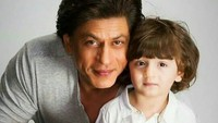 <p>Ke mana pun ayahnya pergi, Abram selalu setia menemani. So sweet banget ya. (Foto: Instagram @srkfilms)</p>