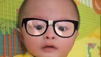<p>Ini dia Bima. Hidung mancungnya mewarisi hidung ayahnya banget. Kalau pakai kacamata begini, plek ketiplek banget dengan wajah Surya Saputra ya, Bun? (Foto: Instagram @cynthia_lamusu)</p>