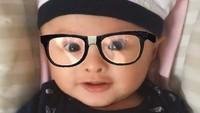 <p>Saat Bima pakai topi model ini dan kacamata, seperti melihat Surya Saputra versi bayi, hi-hi. (Foto: Instagram @suryasaputra507)</p>