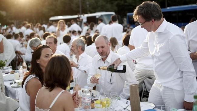 Memasuki gelarannya yang ke-30, 'Diner en Blanc' atau makan malam dalam balutan busana serba putih tahun ini berlangsung di Les Invalides, Paris, Perancis.