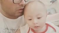 <p>Ayah dan anak ini sedang mengobrol apa ya? (Foto: Instagram @suryasaputra507)</p>