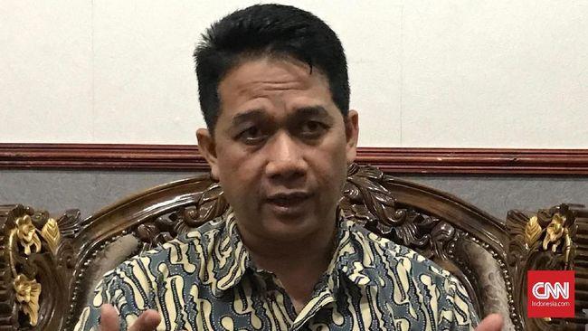 Guru besar Universitas Diponegoro Profesor Suteki dicopo dari seluruh jabatannya di Undip untuk sementara, diduga terkait dengan dukungan terhadap HTI.