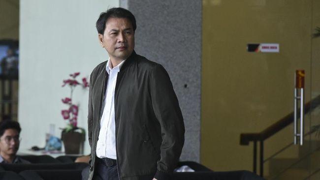 Rekan eks penyidik KPK AKP Stepanus Robin Pattuju, Agus Susanto mengaku beberapa kali mengantarkan Robin bertemu dengan Wakil Ketua DPR Azis Syamsuddin.