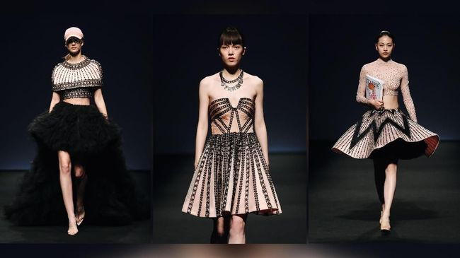 Desainer couture Indonesia Monica Ivena unjuk gigi di ajang Star Fashion Week, Shanghai, Sabtu (2/6).