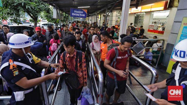 Banyak perantau yang rela jauh dari keluarga demi mengadu nasib di Jakarta. Bagi banyak orang, Ibu Kota memang tempat mencari penghidupan yang lebih baik.