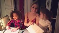 <p>Di rumah, Mariah juga sering menemani anak-anaknya mengerjakan sesuatu. Salah satunya menulis surat untuk Santa Claus saat Natal. (Foto: Instagram/ @mariahcarey) </p>
