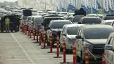Sejumlah ruas jalan dan tol mulai dipadati pemudik. Antrean kendaraan bahkan mengular di beberapa tempat.