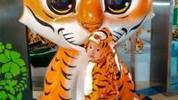 <p>Budi menggemaskan banget deh pakai kostum macan. He-he. (Foto: Instagram/dilahadju26) </p>