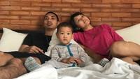 <p>Ini dia Rayi 'RAN' dan istrinya, Dilla, bersama si kecil Budi. (Foto: Instagram/dilahadju26)</p>