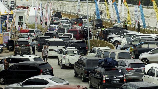 Antrean kendaraan terjadi di pintu masuk rest area sehingga menyebabkan kemacetan di ruas tol. Pemudik diimbau tak beristirahat terlalu lama di rest area.