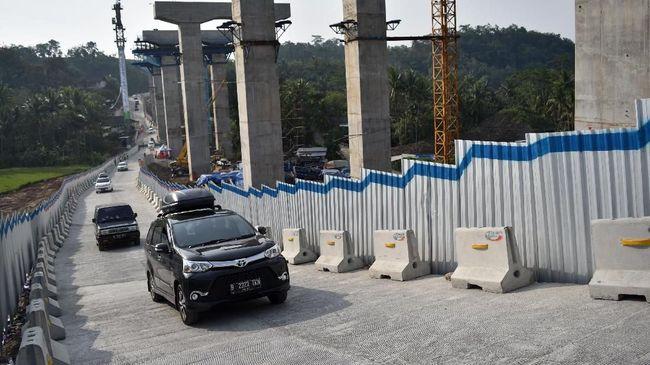 Tiga polisi dan tiga pekerja proyek mendapat penghargaan dari Kapolda Jateng atas jasanya membantu pemudik yang mobilnya mogok di tanjakan Keteng.