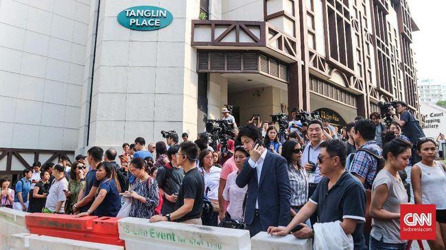 Pemimpin tertinggi Korea Utara, Kim Jong Un tiba di Singapura, Minggu (10/6) sore. Warga tampak antusias dan mendatangi hotel tempat ia menginap.