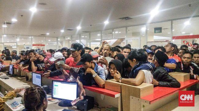 Antrean panjang pemudik 'mengular' hingga 50 meter di salah satu bus di terminal Pulo Gebang, Jakarta Timur, Minggu (10/6).