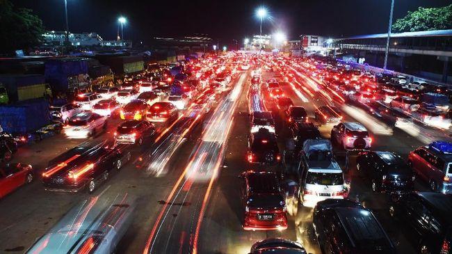 Ratusan kendaraan mengantre untuk memasuki kapal di Pelabuhan Merak, Banten, Sabtu (9/6). Berdasarkan prediksi Kementerian Perhubungan, puncak arus mudik di Pelabuhan Merak berlangsung sejak 8 Juni malam hingga 9 Juni. ANTARA FOTO/Akbar Nugroho Gumay/foc/18.