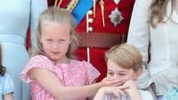 <p>Karena Pangeran George berisik sendiri saat lagu 'God Save The Queen' dinyanyikan, Savannah pun menutup mulut sepupunya itu. Hi-hi-hi, lucu ya tingkah mereka. (Foto: getty images)</p>