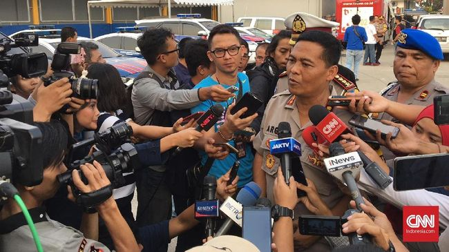 Polisi menyatakan sebanyak 3.000 orang telah diminta membuat pernyataan tak akan berkerumun. Mereka diamankan karena tak mau bubar saat diimbau polisi.