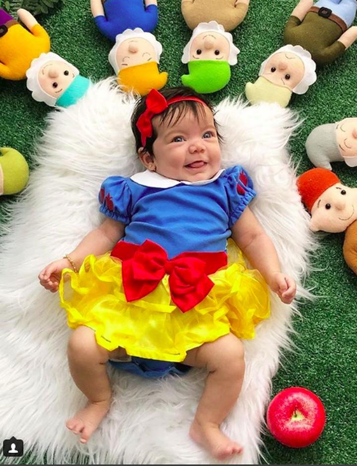 Bayi-bayi ini pakai kostum Snow White. Penampilan mereka lucu banget dan bikin gemas, Bun.