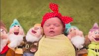 <p>Ditemani para kurcaci, Baby Snow White yang satu ini nyenyak banget tidurnya. (Foto: Instagram/@stefany_stanyard_photography) </p>