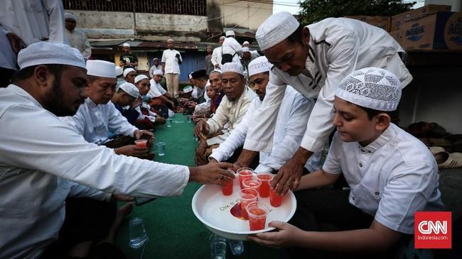 Berbuka puasa di kampung Arab di masjid Azzawiyah, Pekojan, Jakarta memberi pengalaman berbeda bagi sejumlah warga.