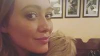 <p>Walaupun sudah berusia 6 tahun, bocah bernama lengkap Luca Cruz Comrie ini masih senang tidur di pelukan ibunya. (Foto: Instagram/hilaryduff)</p>