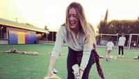<p>Ketika ada kegiatan sekolah, Hilary juga sering menemani Luca lho. (Foto: Instagram/hilaryduff)</p>